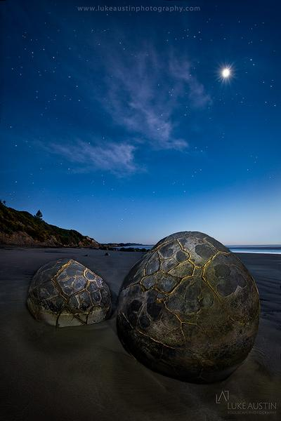 moeraki boulders new zealand at night